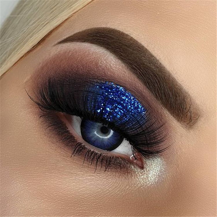Sparkling Holiday Eye Makeup Ideas With Glitter You Should Try; Holiday Makeup; Holiday Makeup Looks; Holiday Smoking Eyes; Sparkling Eyes; Glitter Eyes; Glitter Eye Makeup; #makeup #eyemakeup #smokingeye #glittereye #glittermakeup #sparklingeye