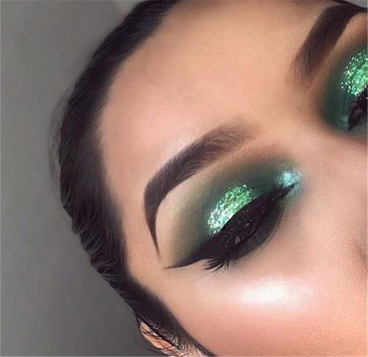 Stunning Christmas Green Eyeshadow Makeup Ideas You Must Know; Green Eyeshadow; Eyeshadow Makeup; Makeup Looks; Makeup Ideas; Christmas Green; Christmas Makeup; Holiday Makeup; Chic Makeup; #christmasmakeup #makeup #makeuplooks #eyemakeup #eyeshadow #greeneyeshadow