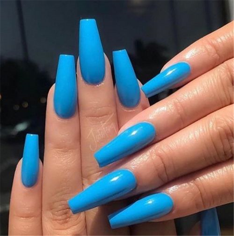 Attractive And Simple Winter Acrylic Coffin Nails To Try This Holiday Season; Winter Nails; Winter Acrylic Nails; Acrylic Nails; Coffin Nails; Acrylic Coffin Nails; Winter Coffin Nails; Winter Nails; Christmas Nails; New Year Nails; Holiday Nails; #coffinnails #acrylicnails #arcyliccoffinnails #winternails #wintercoffinnails